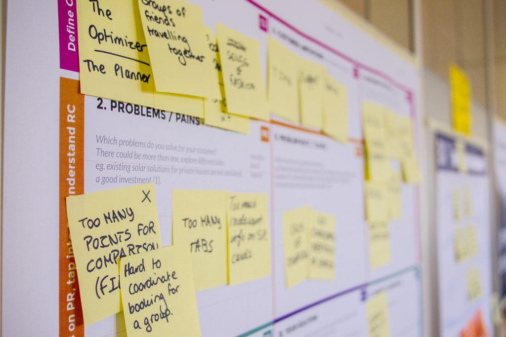 quadro com post its com pesquisas ao criar um produto