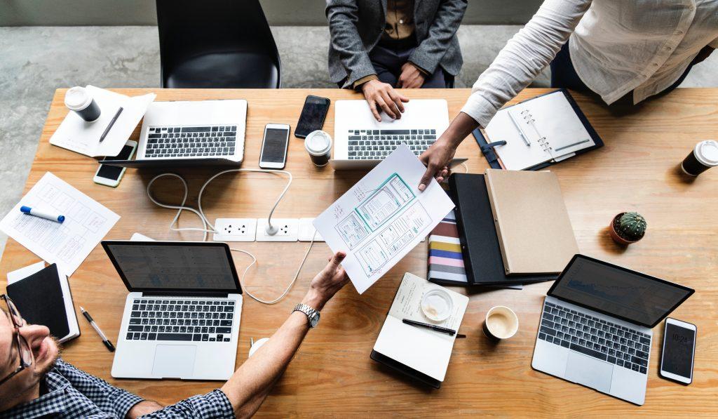 pessoas trocando ideias para descobrirem como inovar na sua empresa